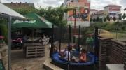dětské hřiště s trampolínou, pískovištěm a prolézačkami